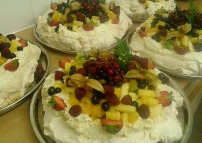 gallery-dessert-fruit-pavlovas-foxes-catering